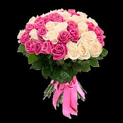 Blumenstrauß aus den weißen und rosigen Rosen