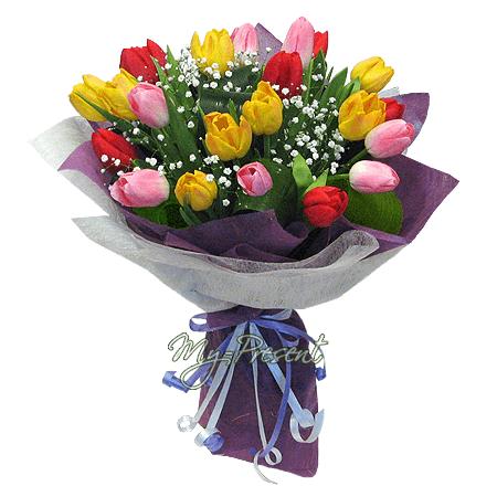 Blumenstrauß aus den vielfarbigen Tulpen