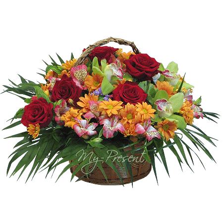 Korb mit  Rosen, Orchideen, Alstroemerien geschmückt mit Grünpflanzen