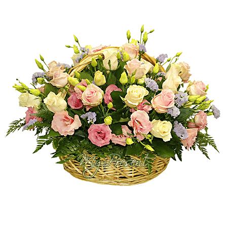 Korb mit Rosen und Lisianthus