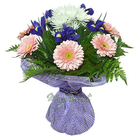 Blumenstrauß aus Irisen, Germinis und Chrysanthemen geschmückt Grünpflanzen