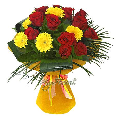 Blumenstrauß aus Rosen und Germinis geschmückt Grünpflanzen