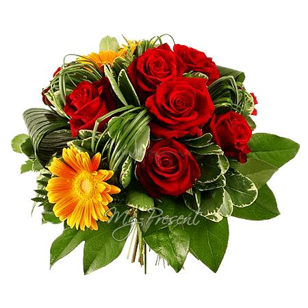 Blumenstrauß aus Rosen und Germinis geschmückt mit  Grünpflanzen