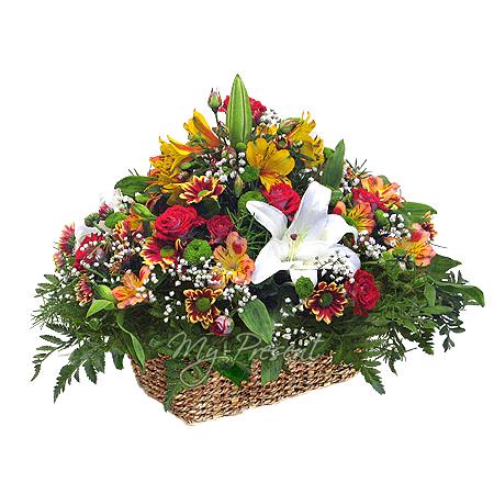 Korb mit Lilien, Rosen, Alstroemerien geschmückt mit Grünpflanzen in Kiew