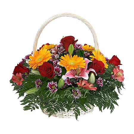 Korb mit Lilien, Rosen, Alstroemerien geschmückt mit Grünpflanzen