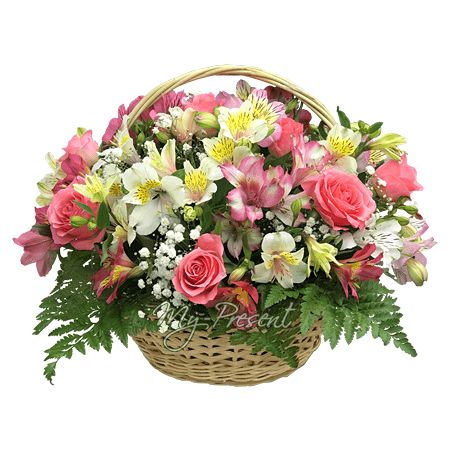 Korb mit Rosen,  Alstroemerien geschmückt mit Grünpflanzen