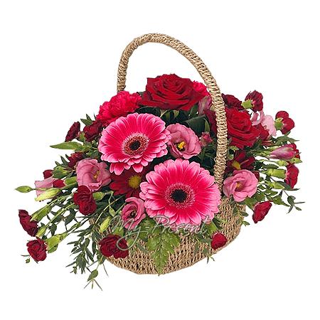 Korb mit Rosen, Lisianthus, Germinis geschmückt mit Grünpflanzen