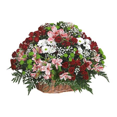 Korb mit Rosen, Chrysantemen und Alstroemerien