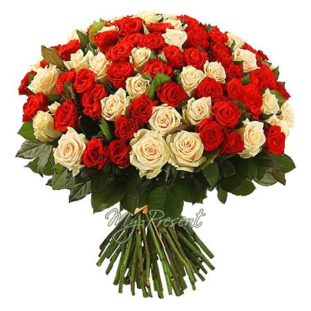 Blumenstrauß aus den сreme und roten Rosen (50 cm.)