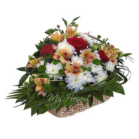 Korb mit Rosen , Alstroemerien und Chrysanthemen geschmückt mit Grünpflanzen