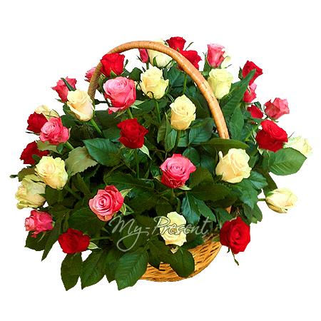 Korb mit den vielfarbigen Rosen