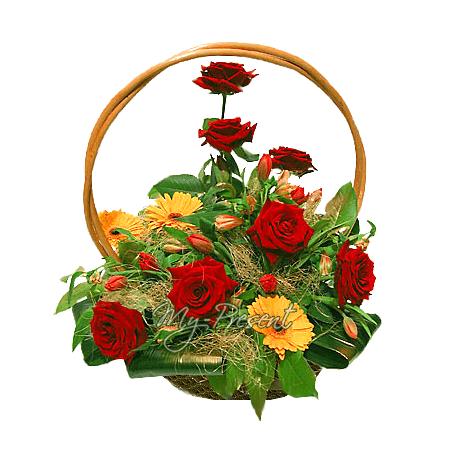 Korb mit Rosen, Germinis geschmückt mit Grünpflanzen