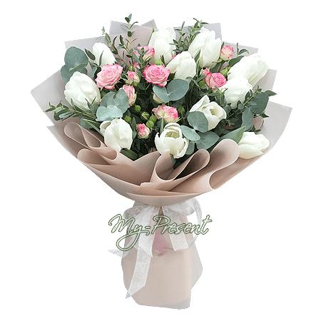 Blumenstrauß aus Tulpen und Rosen