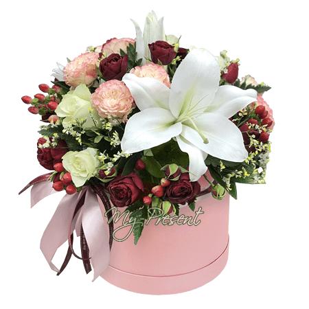 Rosen, Lilien und Hypericum in einer Box