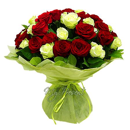 Blumenstrauß aus roten und weißen Rosen (80 cm.)