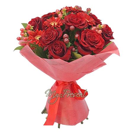 Blumenstrauß aus Rosen, Germinis und Hypericum