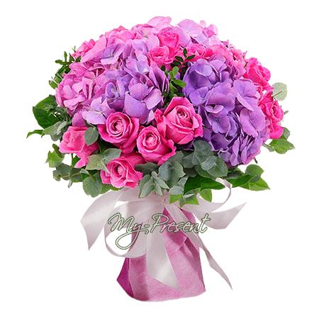 Blumenstrauß aus Hortensien und Rosen