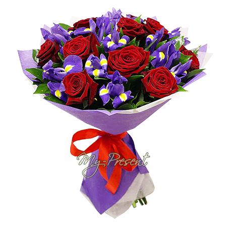 Blumenstrauß aus Rosen und Irisen