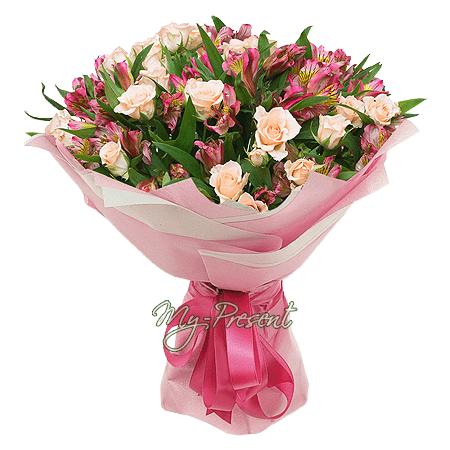 Blumenstrauß aus Strauchrosen und Alstroemerien