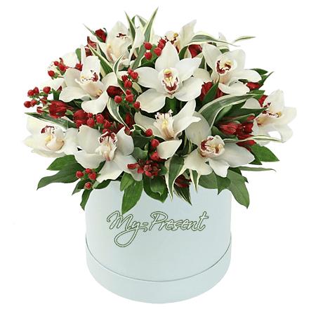 Orchideen und Alstroemerien in einer Box