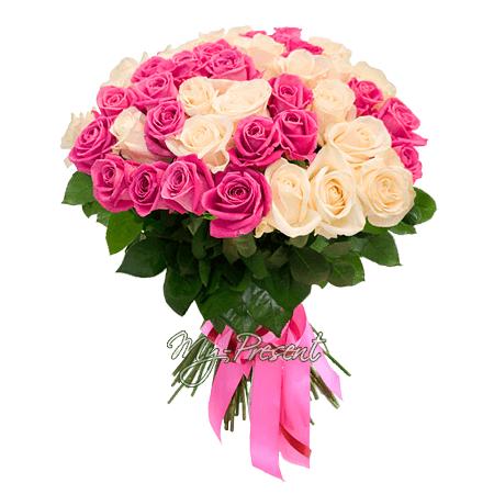 Blumenstrauß aus den weißen und rosigen Rosen (50 cm.)