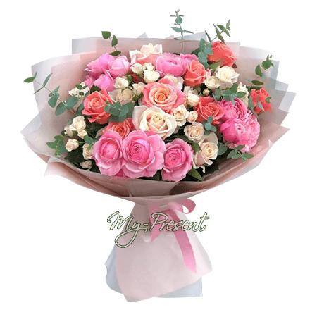 Blumenstrauß aus rosigen und weiß Rosen
