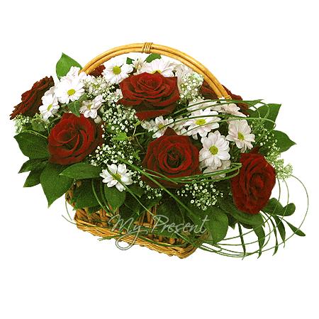Korb mit Rosen und Chrysantemen geschmückt mit Grünpflanzen