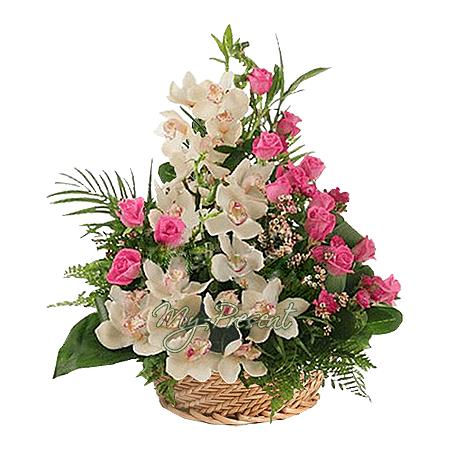 Korb mit Orchideen und Rosen geschmückt mit Grünpflanzen