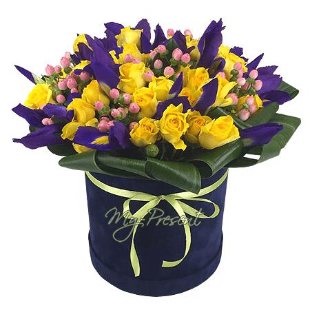 Die Komposition mit Rosen und Iris in einer Box