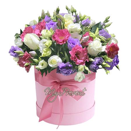 Rosen und Lisianthus in einer Box