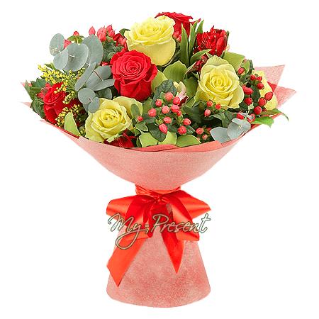Blumenstrauß aus Rosen, Alstroemerien. Orchideen und Hypericum