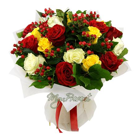 Blumenstrauß aus den vielfarbigen Rosen und Hypericum